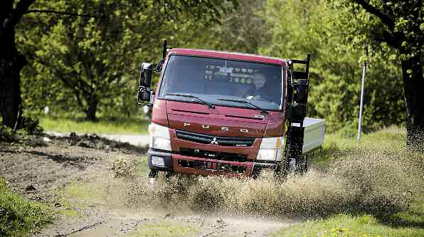 El Mitsubishi Fuso Canter 4 U00d74  Con Cabina De Confort De Dos Metros De Ancho Y Una Potencia De
